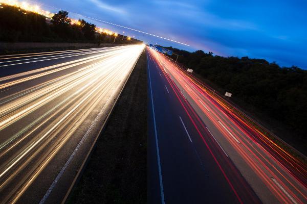 Eins in Zeitraffer entstandenes Bild von einer Autobahn.