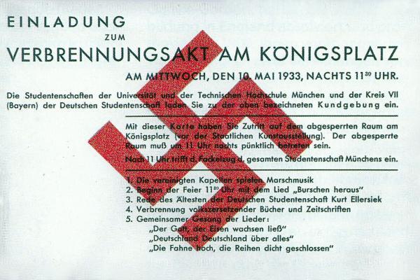 Plakat mit der Aufschrift Einladung zum Verbrennungsakt am Königsplatz und ein rotes Hakenkreuz darüber