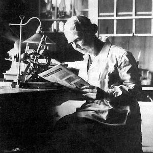 Fotografie von Adele Hartmann beim Lesen einer Zeitung