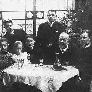 Max Weber (rechts) mit seinen Eltern Max und Helene sowie seinen Geschwistern (1888)