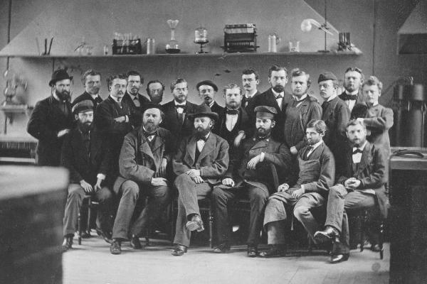 Alte Fotografie von Adolf von Baeyer mit seinen Studenten und Kollegen