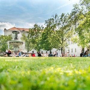 LMU-Hauptgebäude mit Geschwister-Scholl-Platz im Sommer