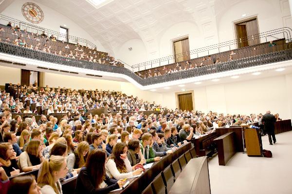 Eine Vorlesung des LMU-Soziologen Prof. Dr. Armin Nassehi im gefüllten Audimax.