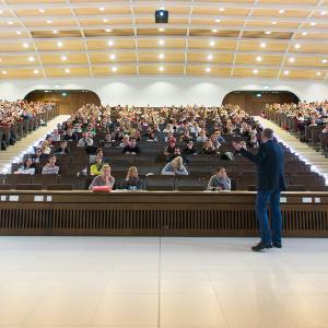 Blick auf eine gut besuchte Vorlesung in einem Hörsaal am BMC in Martinsried.