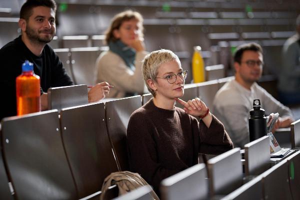 Deutschlandstipendiaten der LMU in einem Hörsaal, im Vordergrund Ina Brechenmacher