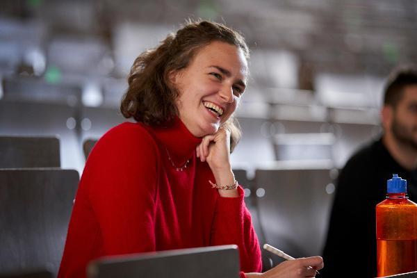 Deutschlandstipendiaten der LMU in einem Hörsaal, im Vordergrund Alina Breddemann