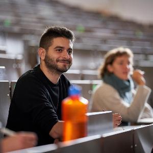 Deutschlandstipendiaten der LMU in einem Hörsaal, im Vordergrund Thomas Breslauer