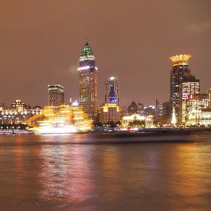 Blick auf die beleuchtete Skyline einer chinesischen Stadt.