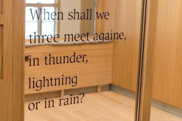 Eine Glaswand des Philologicums der LMU.