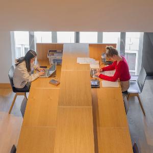 Studierende lernen in einem Arbeitsbereich des Philologikums