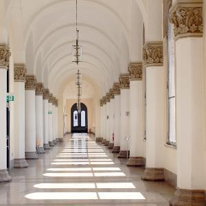 Ein Gang mit weißen Säulen im Hauptgebäude der LMU