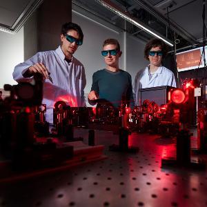 Stefan Maier mit seinen Mitarbeitern Sylvain Gennaro und Rodrigo Berté im Labor