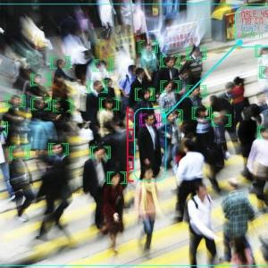 Aufbereitete Aufnahme von Menschen auf der Straße, um die KI-Technologie Gesichtserkennung zu veranschaulichen