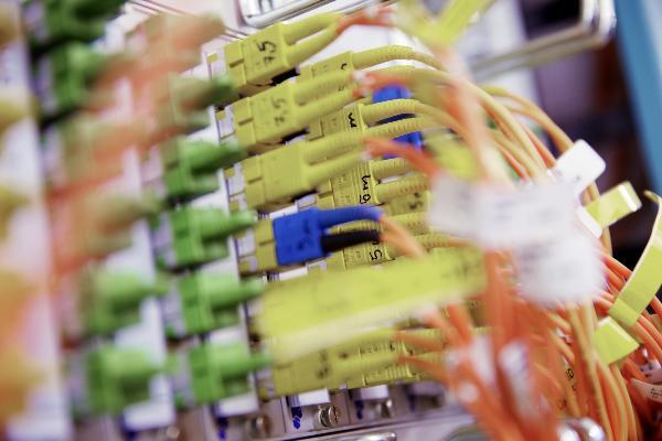 Kabel in gelber, grüner und orangen Farbe.