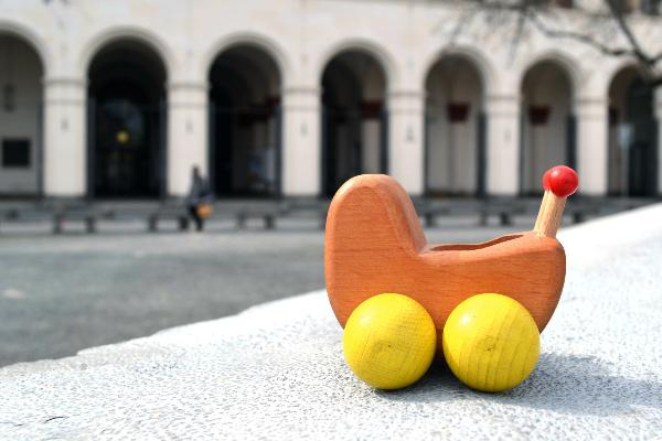 Ein Kinderwagen als Spielzeug.