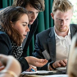 Workshop-Teilnehmer arbeiten gemeinsam an einem Laptop