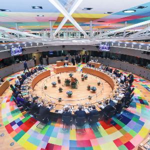 Aufnahme eines Treffens von EU Abgeordneten in einem runden Saal