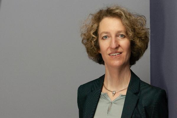 Ein Porträtfoto von Prof. Anne Frenzel.