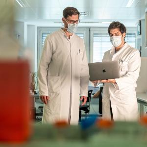 Zwei Ärzte im Labor beim Arbeiten