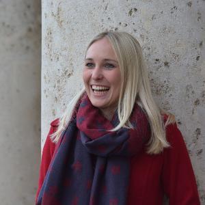 Portrait einer lachenden Studentin der LMU.