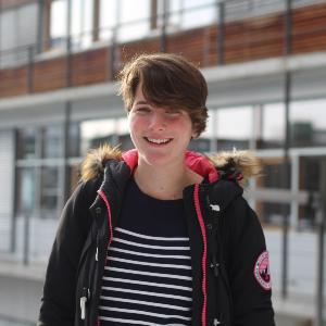 Die jüngste Studentin der LMU vor dem Biozentrum der LMU