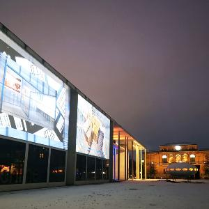 Licht- und Videoinstallationen von Künstlerin Betty Mü vor der Pinakothek der Moderne