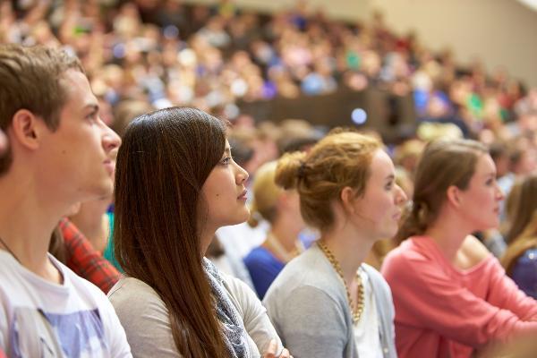 Studierende während einer Vorlesung im Audimax.