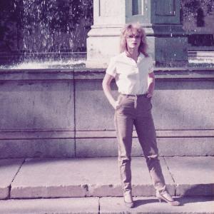 Alte Fotografie einer Studentin vor dem Brunnen der LMU am Geschwister-Scholl-Platz.