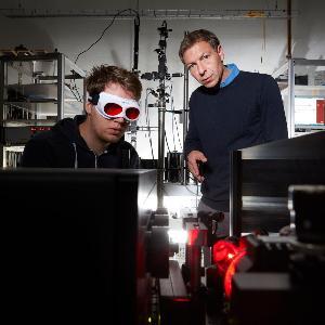 Experimente mit optisch aktiven Nanomaterialien: Alexander Högele und Mitarbeiter Jonathan Förste im Spektrometrielabor.