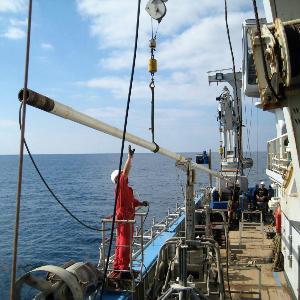 Ein 13 Meter langer Bohrkern wird an Bord des Forschungsschiffs Pelagia geholt.