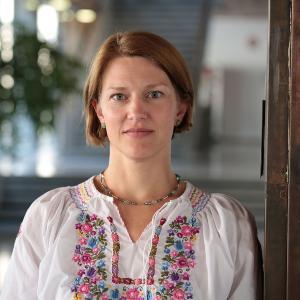 Portrait von Bärbel Stecher.