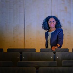 Aufnahme von Sahana Udupa in einem leeren Hörsaal.