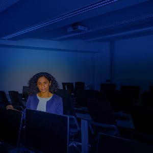 Aufnahme von Sahana Udupa in einem Computerraum