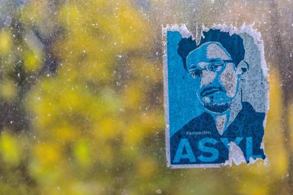 Ein Aufkleber, auf dem Snowden abgebildet ist.