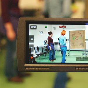 Eine Kamera, auf der zwei Menschen zu sehen sind.