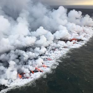 Vulkanisches poröses Gestein, umflossen von heißem Wasser