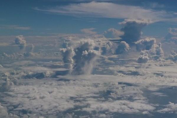 Foto aus dem Fenster eines Flugzeugs.