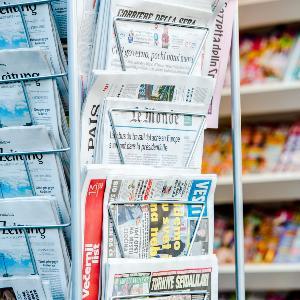 Nahaufnahme eines Zeitungsstandes.