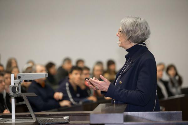 Eine Professorin hält eine Vorlesung.