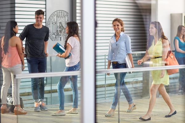 Studierende in einem Gebäude des HighTechCampus.