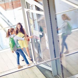 Studierende betreten ein Gebäude des HighTechCampus.