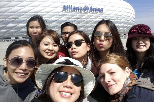 Aufnahme von vielen Studenten vor der Allianz Arena im Rahmen der Munich International Summer University.