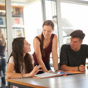 Studierende in der Bibliothek am HighTechCampus.