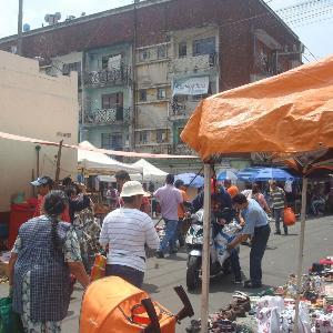 Aufnahme eines Markts in Tepito in Mexiko-Stadt mit vielen Bewohnern