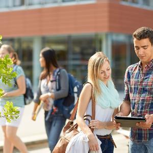Studierende, Outdoors, im Freien, Studenten, Studentengruppe, Freizeit, Studium, im Gespräch.