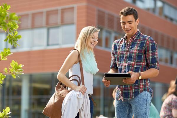 Studierende auf dem Gelände des HighTechCampus.