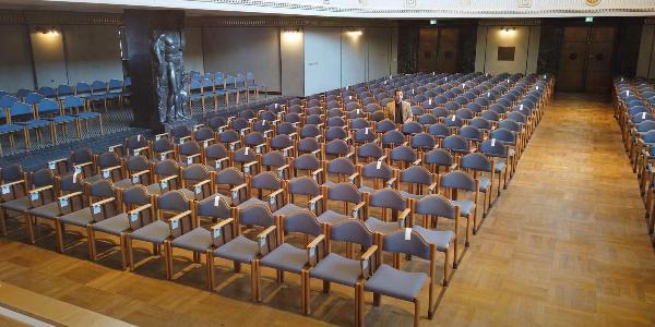 Studienberater Dr. Christian Braun in der Großen Aula der LMU.