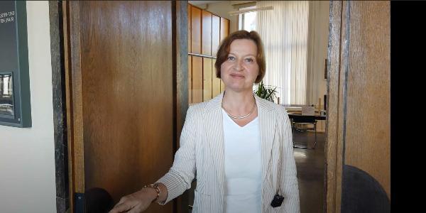Dr. Caroline Trautmann, Leiterin des Prüfungsamts, öffnet die Tür.