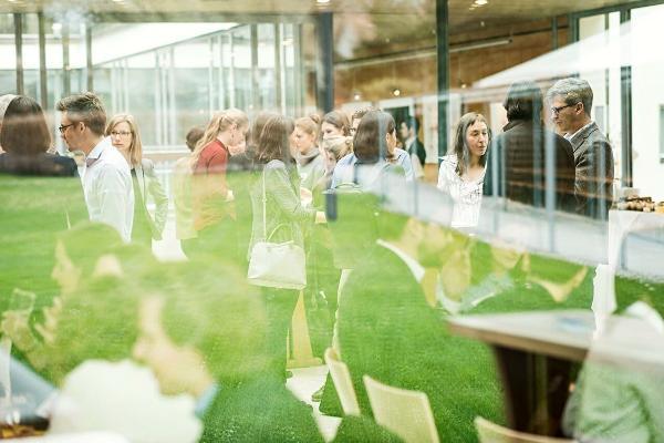 Teilnehmer eines Career Talks bei einer Pause durch das Fenster fotografiert.