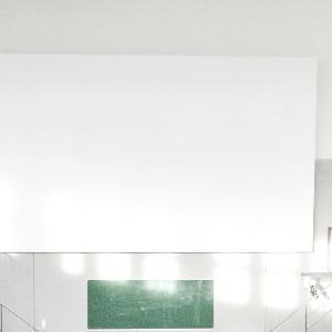 Blick in einen leeren, lichtdurchfluteten Hörsaal in der anatomischen Anstalt der LMU.